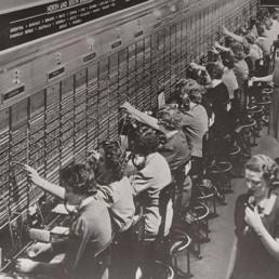 1878: Surge a profissão de telefonista